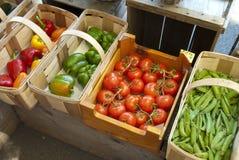 Groenten bij de markttribune van de landbouwer Stock Fotografie