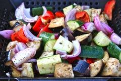 Groenten die in een Wok van de Grill roosteren Stock Fotografie