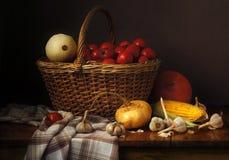 Groenten in een mand op een donkere achtergrond Stock Foto's