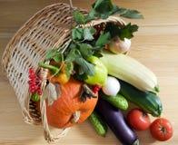 Groenten in een rieten mand Stock Foto