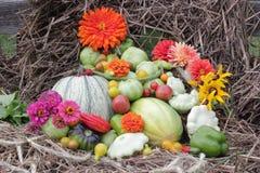 Groenten en bloemen van tuin op stro Stock Afbeeldingen