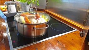 Groenten en kip het koken in een metaalpot stock videobeelden