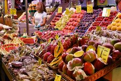 Groenten en tropische vruchten in de Centrale markt in Barcelona stock foto's