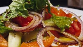 Groenten en udon noedels die een soep worden Verse ingrediënten die de plaat ingaan en dan zijn zij gekookt 4K stock videobeelden