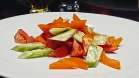 Groenten en udon noedels die een soep worden Verse ingrediënten die de plaat ingaan en dan zijn zij gekookt 4K stock video