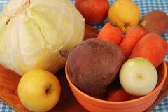 Groenten en vruchten op de lijst. Stock Foto