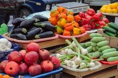 Groenten en vruchten op de teller van stadsmarkt Rusland Stock Fotografie