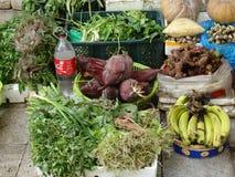 Groenten en vruchten op markt in Phnom Penh - hoofdstad van Kambodja royalty-vrije stock afbeelding