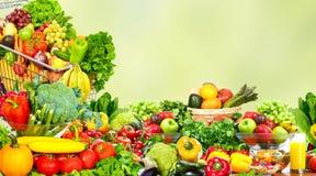 Groenten en vruchten over groene achtergrond stock foto's