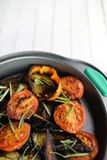 Groenten geroosterde pan gebraden aubergine en tomaten Royalty-vrije Stock Afbeelding