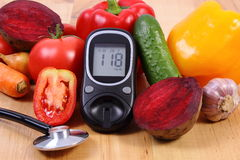 Groenten, glucometer en stethoscoop op houten oppervlakte, gezonde levensstijl, voeding, diabetes stock foto