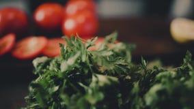 Groenten, greens en tomaten op de lijst stock video
