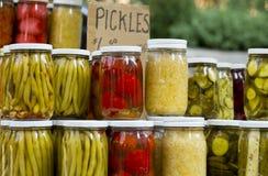 Groenten in het zuur bij markt Stock Foto's