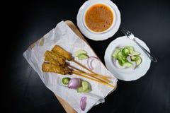 Groenten in het zuur die komkommerplakken en uien in azijn zijn Royalty-vrije Stock Afbeelding