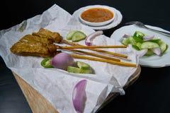 Groenten in het zuur die komkommerplakken en uien in azijn zijn Royalty-vrije Stock Foto
