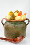 Groenten in het zuur in een kleipot stock afbeeldingen
