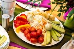 Groenten in het zuur op de plaat: tomaten, komkommers, kool, p Stock Afbeeldingen