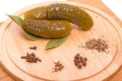 Groenten in het zuurkomkommer en kruiden Stock Fotografie