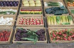 Groenten in houten kratten Stock Afbeeldingen