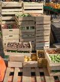 Groenten in kratten bij landbouwersmarkt klaar om worden verkocht royalty-vrije stock fotografie