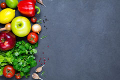 Groenten, kruiden en vruchten, verse voedselingrediënten royalty-vrije stock foto's