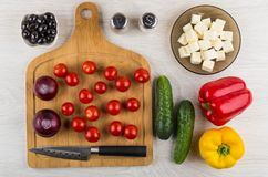 Groenten, mes op scherpe raad, ingrediënten voor voorbereiding stock afbeelding
