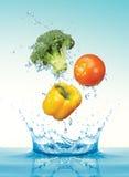 Groenten met het bespatten van water stock foto's
