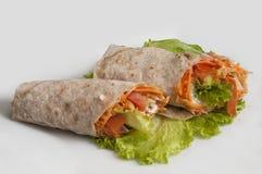 Groenten met zure room, in brood van pitabroodje op een witte achtergrond wordt verpakt die stock afbeeldingen