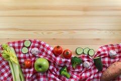 Groenten op de houten achtergrond Stock Foto's