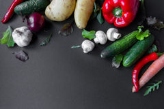Groenten op de lijst Verse wortelen, tomaat, ui en greens op de natte houten lijst Stock Afbeeldingen