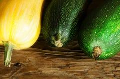 Groenten op de lijst Verse wortelen, tomaat, ui en greens op de natte houten lijst Stock Foto