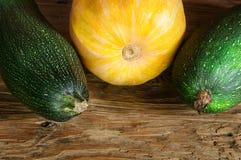Groenten op de lijst Verse wortelen, tomaat, ui en greens op de natte houten lijst Stock Afbeelding
