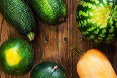 Groenten op de lijst Verse wortelen, tomaat, ui en greens op de natte houten lijst Stock Fotografie