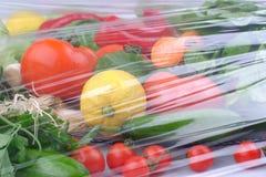 Groenten op de zwarte achtergrond Organisch voedsel en verse groenten Komkommer, kool, peper, salade, wortel, broccoli, lettuc stock foto's