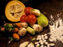 Groenten op een lijst Spaanse peper, peper, tomaten, komkommers Royalty-vrije Stock Fotografie