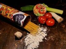 Groenten op een lijst Spaanse peper, peper, tomaten, komkommers Stock Foto's