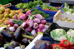 Groenten op een markt van de straatkruidenierswinkel in de lente in Italië stock foto's