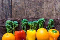 Groenten op hout Bio Gezonde voedsel, kruiden en kruiden Royalty-vrije Stock Afbeeldingen