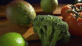 Groenten op hout Bio Gezonde voedsel, kruiden en kruiden Organische groenten op hout stock videobeelden