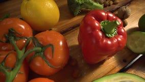 Groenten op hout Bio Gezonde voedsel, kruiden en kruiden Organische groenten op hout stock video
