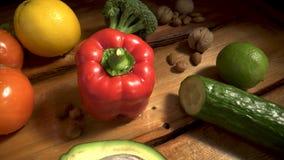 Groenten op hout Bio Gezonde voedsel, kruiden en kruiden Organische groenten op hout stock footage