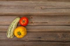 Groenten op houten lijst Stock Foto's