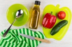 Groenten op scherpe raad, kom, plantaardige olie, keukenmes, royalty-vrije stock fotografie