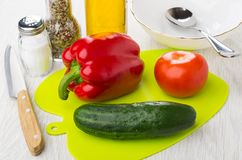 Groenten op scherpe raad, kom, plantaardige olie, zout, kruiden, royalty-vrije stock afbeeldingen