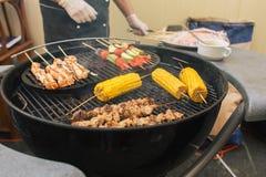 groenten op vleespennen bij barbecue worden gekookt in openlucht - Straatvoedsel dat Royalty-vrije Stock Afbeelding