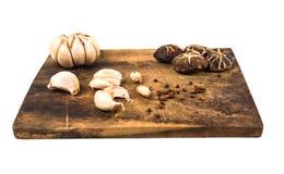 Groenten, paddestoelen en kruiden op een houten scherpe raad royalty-vrije stock afbeeldingen