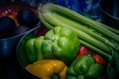 Groenten voor het koken Tomaten, Spaanse pepers, selderie en avocado stock afbeelding
