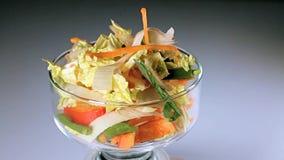 Groenten voor salade of braadstukkool, bonen, wortelen, uien stock footage