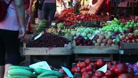 Groenten voor verkoop bij markt stock videobeelden