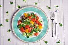 Groentensalade met spinazie, kersentomaten, maïssalade, babyspinazie, vers munt en basilicum Naar huis gemaakt voedsel Concept stock foto